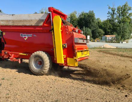 Epandeur de compost FERTIDIS TRAINE 3000 L en action