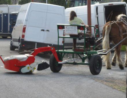Balayeuse TRACTEE 1000A derrière un cheval