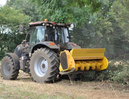 Broyeur forestier à marteaux mobiles sur tracteur
