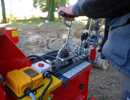 Commandes de la grue et radiocommande pour le fendage