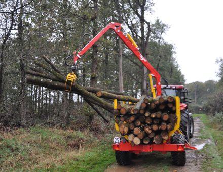 Remorque forestière XYLOTRAIL 11 au déchargement.