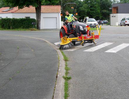 Brosse mécanique pour desherbage avec tracteur