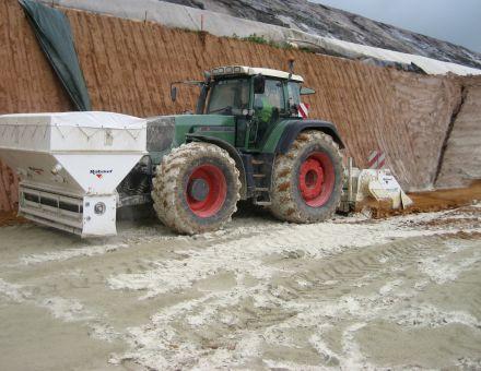 Ensemble épandeur/malaxeur porté par un seul tracteur agricole