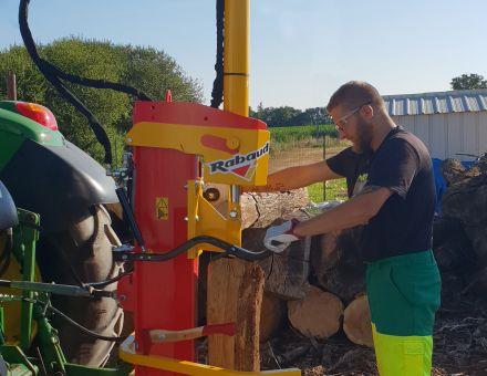 FENDEUSE TRACTEUR :XYLO-SR 17 PH au travail