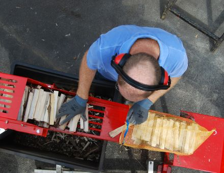 Nettoyage des buchettes avant ensachage pour bois rangé