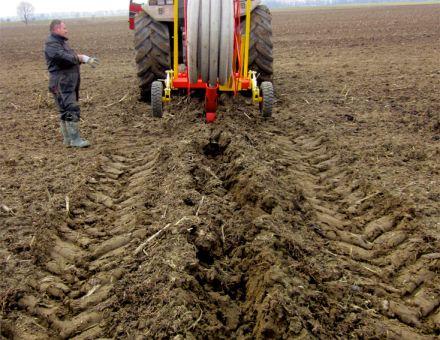 Vue arrière chantier de pose de drain