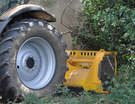Broyage de haie avec le XYLOR 2200-125 T
