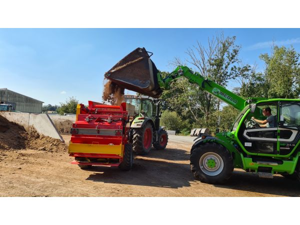 Chargement de l'épandeur de compost FERTIDIS 3000