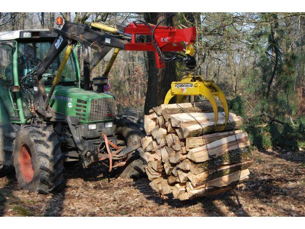 Grappin en manutention d'un fagot sur chargeur avant tracteur