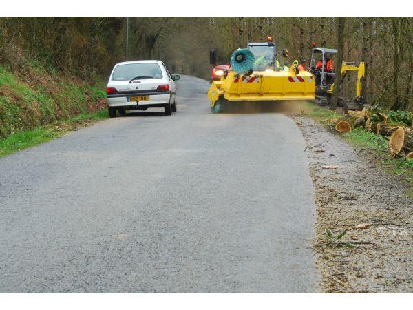 Balayage des routes boueuses et dangereuses