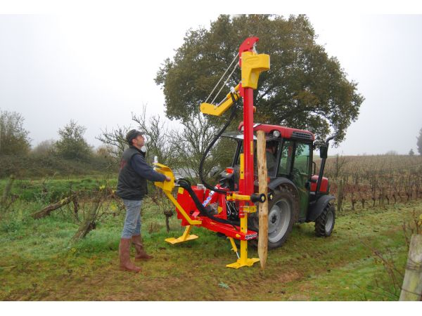 Enfonce-pieux A MÂT VITI sur tracteur vigneron