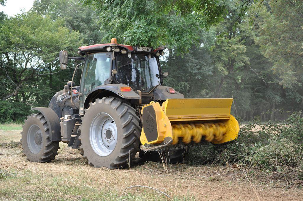 Troisième point tracteur en hydraulique sur le XYLOR 2200-125 T