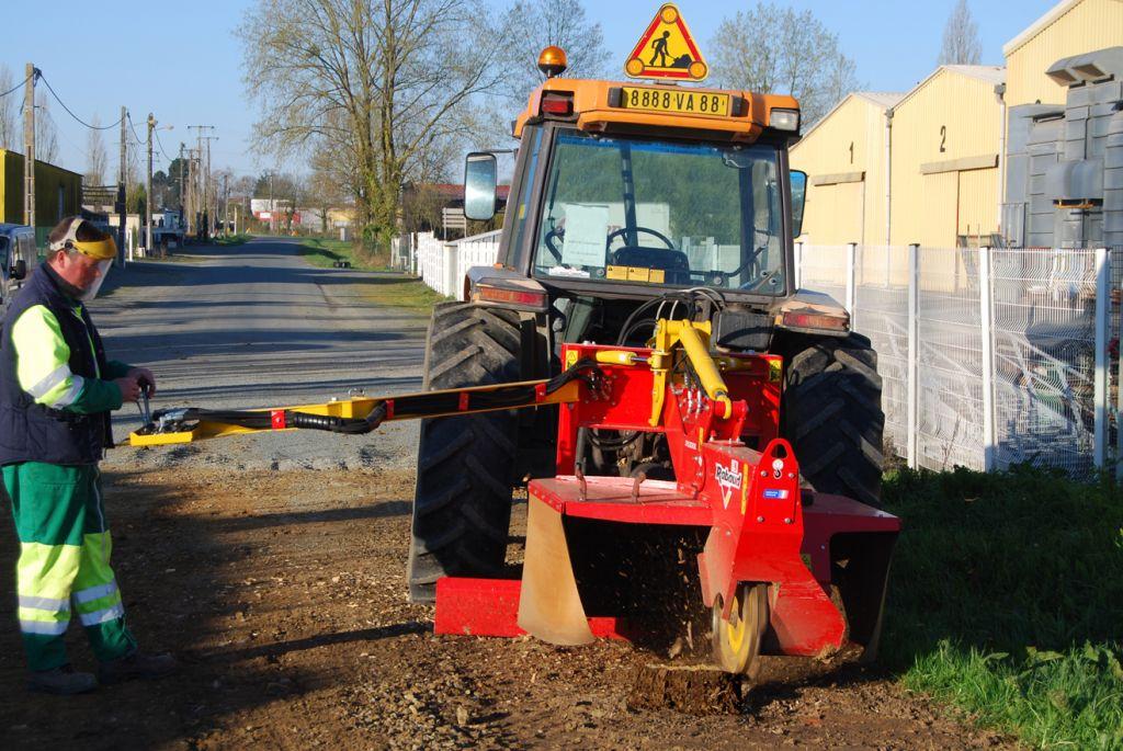 Rogneuse de souches sur tracteur